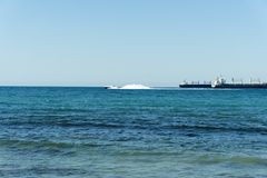 Jacht van de kustwacht het witte snelheid in open wateren royalty-vrije stock foto