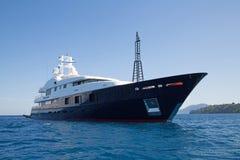 Jacht van de luxe het grote super of megamotor in het blauwe overzees Royalty-vrije Stock Foto's