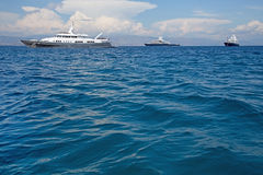 Jacht van de luxe het grote super of megamotor in het blauwe overzees Stock Foto