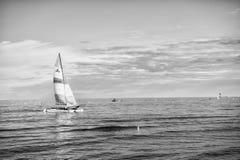 Jacht of varende bootzeilen stock foto's