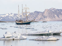 Jacht w Arktycznym fjord - krajobraz Fotografia Stock