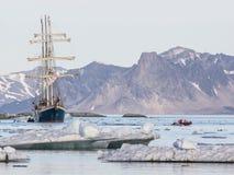 Jacht w Arktycznym fjord - krajobraz Zdjęcia Royalty Free