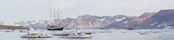 Jacht w Arktycznym fjord - panorama Obraz Royalty Free