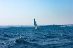 Jacht w błękitnym, wibrującym morzu śródziemnomorskim, Obraz Stock