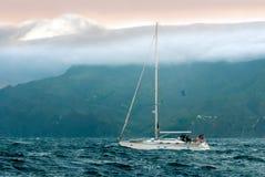 Jacht w burzowym oceanie Obrazy Royalty Free
