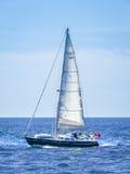Jacht w Choppy morzu Zdjęcia Royalty Free