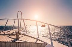 Jacht w czerwonym morzu przy zmierzchem Zdjęcia Royalty Free