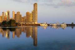 Jacht w marina z nowożytnymi budynkami na tle przy zmierzchem w Panamskim mieście Zdjęcia Royalty Free