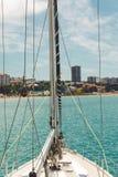 Jacht w morzu Jachtu ` s nos na lazurowym wody morskiej pojęciu podróż i morze chodzi Obraz Stock