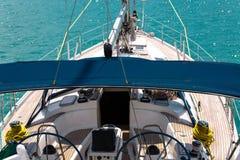 Jacht w morzu Jachtu ` s nos na lazurowym wody morskiej pojęciu podróż i morze chodzi Zdjęcie Stock
