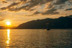 Jacht w morzu przy zmierzchem Sylwetka jacht na backgro Obraz Royalty Free