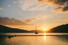 Jacht w morzu przy zmierzchem Sylwetka jacht na backgro Obrazy Royalty Free