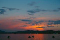 Jacht w morzu przy zmierzchem Sylwetka jacht na backgro Zdjęcie Stock