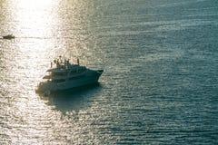 Jacht w morzu ?r?dziemnomorskim przy zmierzchem, luksusowa podr??y wycieczka turysyczna, przestrze? dla teksta, lato, ocean powie zdjęcie stock