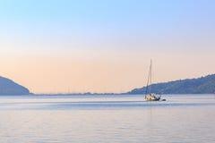 Jacht w morzu z góry tłem w ranku Zdjęcie Stock