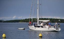 Jacht w morzu z turystami na ona ludzie obraz stock