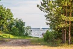 Jacht w odległości Zdjęcia Royalty Free