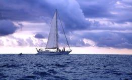 Jacht w Pacyficznym oceanie przy zmierzchem Obraz Stock