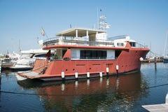 Jacht w portowym czekaniu Na morzu jest spokojny Obrazy Royalty Free