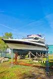 Jacht w ulicie w Ventspils w Latvia obraz stock