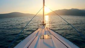 Jacht wolno dryfuje przez zmierzchu waterscape zbiory