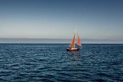 Jacht z czerwonym żaglem w morzu Zdjęcia Royalty Free