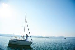 Jacht z nowożeńcy Obrazy Royalty Free