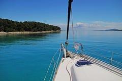 Jacht zakotwiczał z wybrzeża Fotografia Royalty Free