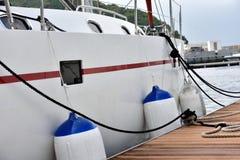 Jacht zakotwicza w schronieniu Obrazy Stock
