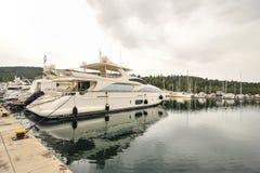 Jacht zakotwiczający przy marina Żaglówki schronienie, wiele cumujący żagli jachty w porcie morskim, nowożytny woda transport, la Obrazy Royalty Free