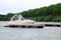 Jacht zakotwiczający przy marina Fotografia Royalty Free