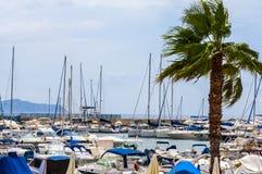 Jachtboot en vissersboten in haven op sardegnaeiland in Italië royalty-vrije stock fotografie