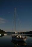 Jachtboot op meer Nachtlandschap met sterrenslepen Royalty-vrije Stock Foto