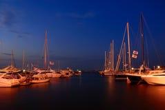 Jachtclub bij schemering Stock Foto's