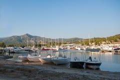 Jachtclub bij zonsondergang, die voor boten parkeren royalty-vrije stock afbeeldingen