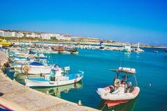 Jachtclub in Larnaca, Cyprus bij zonnige dag stock afbeeldingen