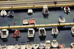 Jachtclub met groot aantal boten, jachten, zeilboot royalty-vrije stock afbeeldingen