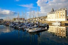 Jachten bij de jachthaven in Deauville stock foto's