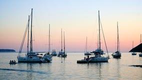 Jachten bij de zonsondergang in Kroatië Stock Foto's