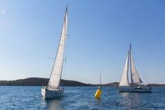 Jachten bij het Varen regatta bij het Overzees Stock Afbeeldingen