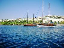 Jachten bij kust van Egeïsch Royalty-vrije Stock Foto's
