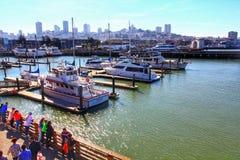 Jachten bij Pijler 39 Jachthaven met stadshorizon die worden gedokt royalty-vrije stock afbeeldingen