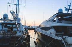 Jachten in de haven op de achtergrond van de avondzonsondergang die worden vastgelegd royalty-vrije stock foto