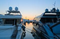 Jachten in de haven op de achtergrond van de avondzonsondergang die worden vastgelegd royalty-vrije stock foto's