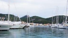 Jachten in de haven van Haven D ` Antratx, Mallorca, de Balearen, Spanje stock footage