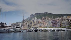 Jachten in de zonnige van de stadsmonte carlo van Monaco straat van de stadsmonte carlo stock videobeelden