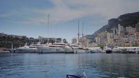 Jachten in de zonnige van de stadsmonte carlo van Monaco straat van de stadsmonte carlo stock footage