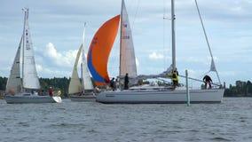 Jachten die in de Oostzee varen stock video