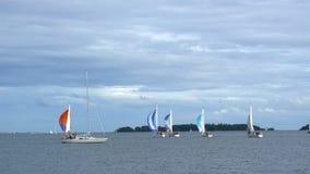 Jachten die in de Oostzee varen stock videobeelden