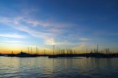 Jachten die in een haven op zonsondergang drijven royalty-vrije stock foto